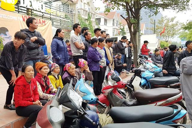 Ảnh: Người dân Việt Nam và phóng viên quốc tế chờ đón Tổng thống Mỹ Donald Trump - Ảnh 11.