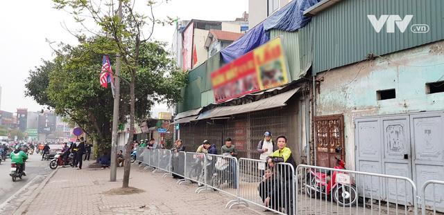 Ảnh: Người dân Việt Nam và phóng viên quốc tế chờ đón Tổng thống Mỹ Donald Trump - Ảnh 5.