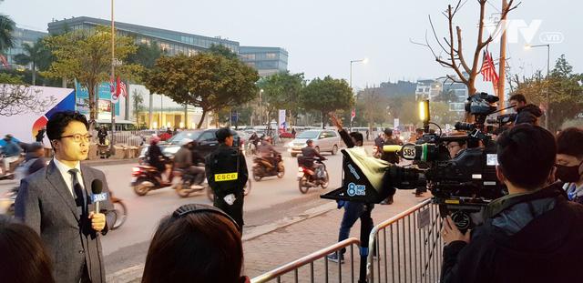 Ảnh: Người dân Việt Nam và phóng viên quốc tế chờ đón Tổng thống Mỹ Donald Trump - Ảnh 20.
