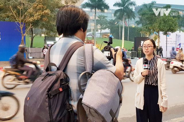 Ảnh: Người dân Việt Nam và phóng viên quốc tế chờ đón Tổng thống Mỹ Donald Trump - Ảnh 19.
