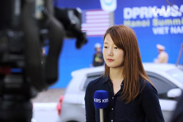 Ảnh: Người dân Việt Nam và phóng viên quốc tế chờ đón Tổng thống Mỹ Donald Trump - Ảnh 16.