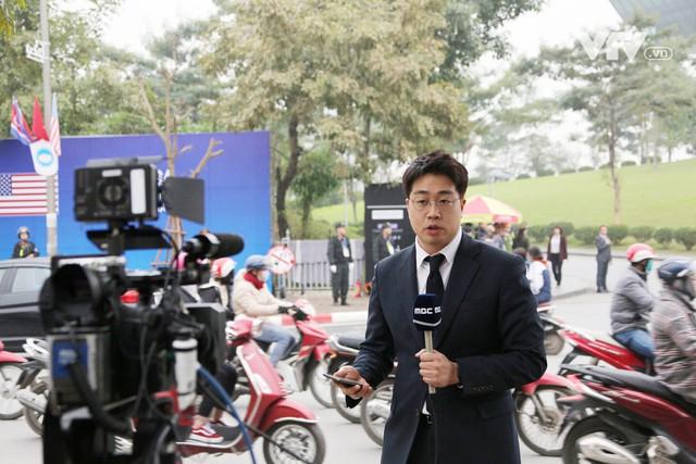 Ảnh: Người dân Việt Nam và phóng viên quốc tế chờ đón Tổng thống Mỹ Donald Trump - Ảnh 14.