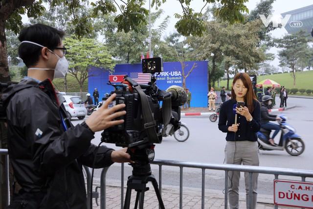 Ảnh: Người dân Việt Nam và phóng viên quốc tế chờ đón Tổng thống Mỹ Donald Trump - Ảnh 15.