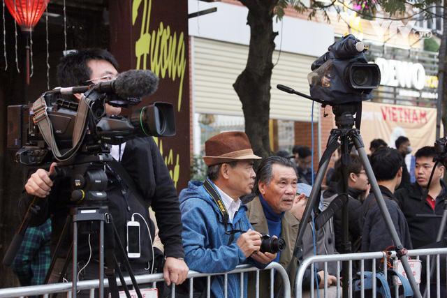 Ảnh: Người dân Việt Nam và phóng viên quốc tế chờ đón Tổng thống Mỹ Donald Trump - Ảnh 17.