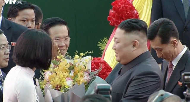 Chân dung 2 nữ sinh tặng hoa Chủ tịch Kim Jong-un và Tổng thống Donal Trump - Ảnh 2.
