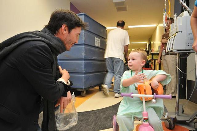 Keanu Reeves bí mật thành lập tổ chức từ thiện hỗ trợ trẻ em bị ung thư - Ảnh 1.