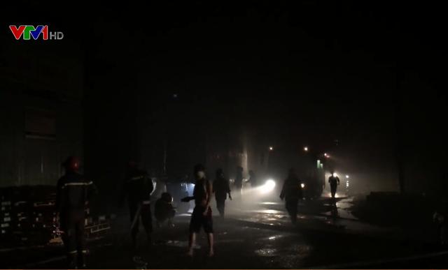 Cháy lớn tại kho vật liệu bãi xe tại TP.HCM - Ảnh 1.