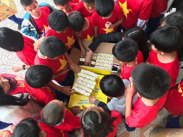 Quỹ Tấm lòng Việt trao tặng hàng nghìn suất quà cùng học bổng tới học trò nghèo trong 5 tháng đầu năm 2019 - Ảnh 9.