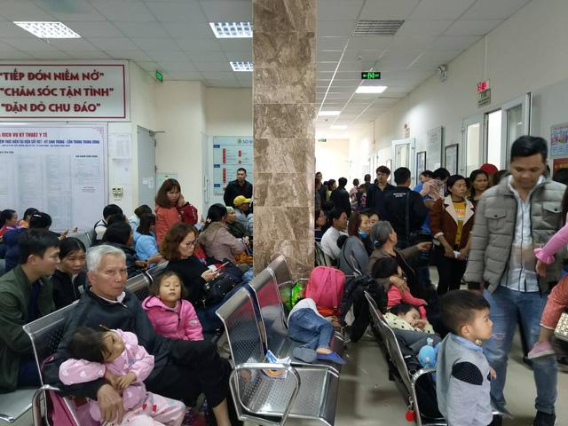 Hai bệnh viện lớn của Hà Nội chật cứng bệnh nhi từ Bắc Ninh thăm khám vì nghi nhiễm sán - Ảnh 1.