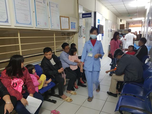 Hai bệnh viện lớn của Hà Nội chật cứng bệnh nhi từ Bắc Ninh thăm khám vì nghi nhiễm sán - Ảnh 3.