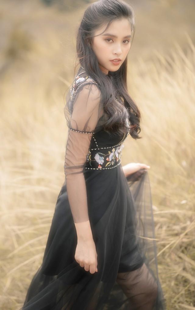 Hoa hậu Tiểu Vy khoe nhan sắc ngọt ngào sau nửa năm đăng quang - Ảnh 3.