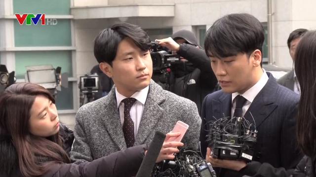 Seungri cúi đầu xin lỗi tại sở cảnh sát sau cáo buộc tình dục - Ảnh 1.