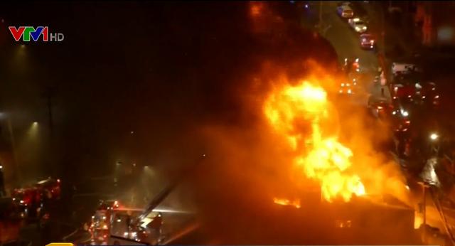 Cháy nhà kho chứa hóa chất ở Boston, Mỹ - Ảnh 1.