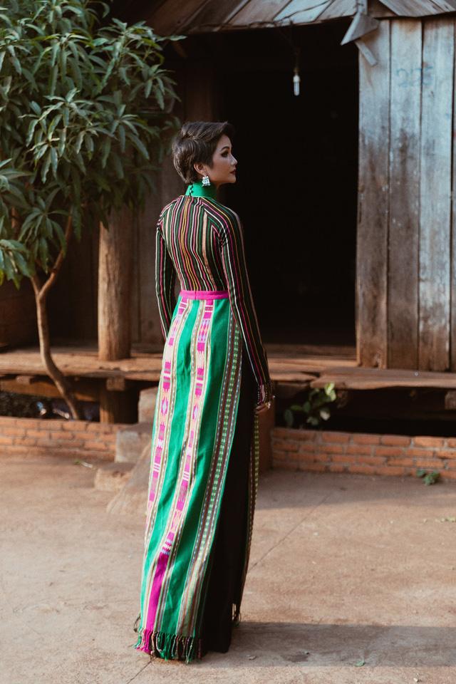 NTK hé lộ điều đặc biệt khi thiết kế áo dài thổ cẩm cho H'Hen Niê - Ảnh 7.