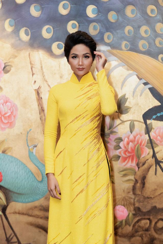NTK hé lộ điều đặc biệt khi thiết kế áo dài thổ cẩm cho H'Hen Niê - Ảnh 5.