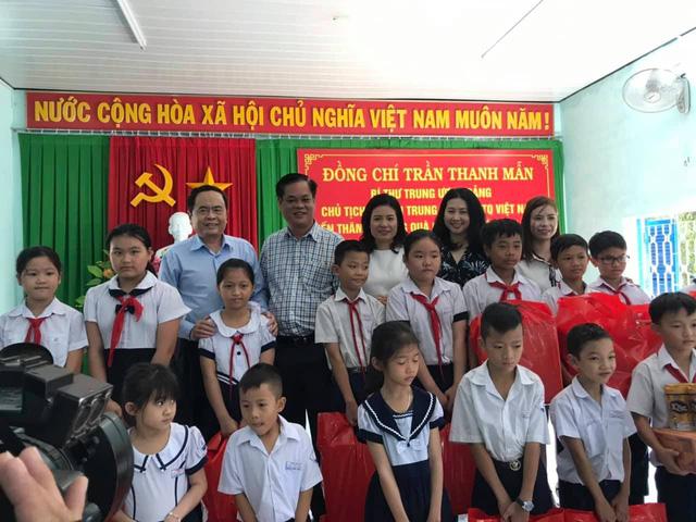 Quỹ Tấm lòng Việt trao tặng hàng nghìn suất quà cùng học bổng tới học trò nghèo trong 5 tháng đầu năm 2019 - Ảnh 4.