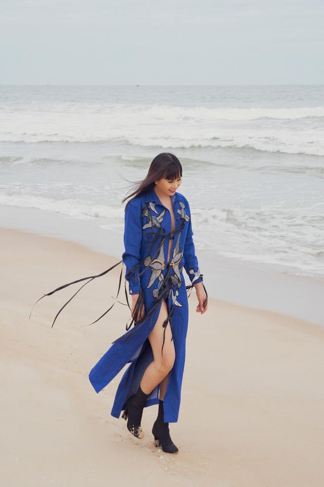 """Hoa hậu Hằng Nguyễn diện đồ """"country rock"""" tự thiết kế dạo biển Quy Nhơn - Ảnh 1."""
