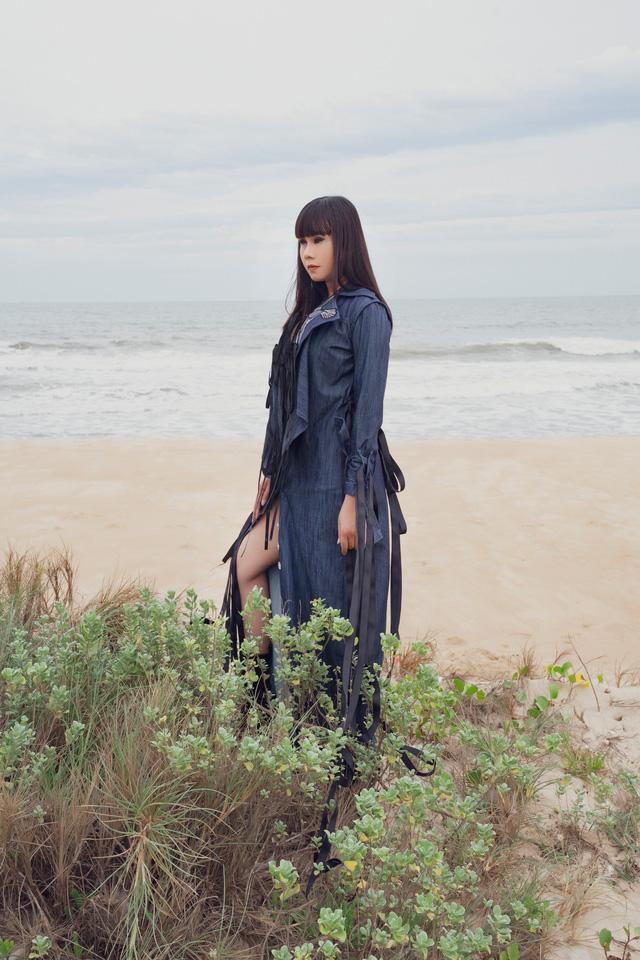 """Hoa hậu Hằng Nguyễn diện đồ """"country rock"""" tự thiết kế dạo biển Quy Nhơn - Ảnh 9."""