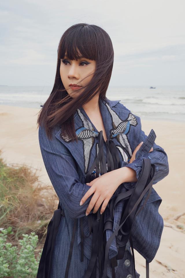 """Hoa hậu Hằng Nguyễn diện đồ """"country rock"""" tự thiết kế dạo biển Quy Nhơn - Ảnh 2."""