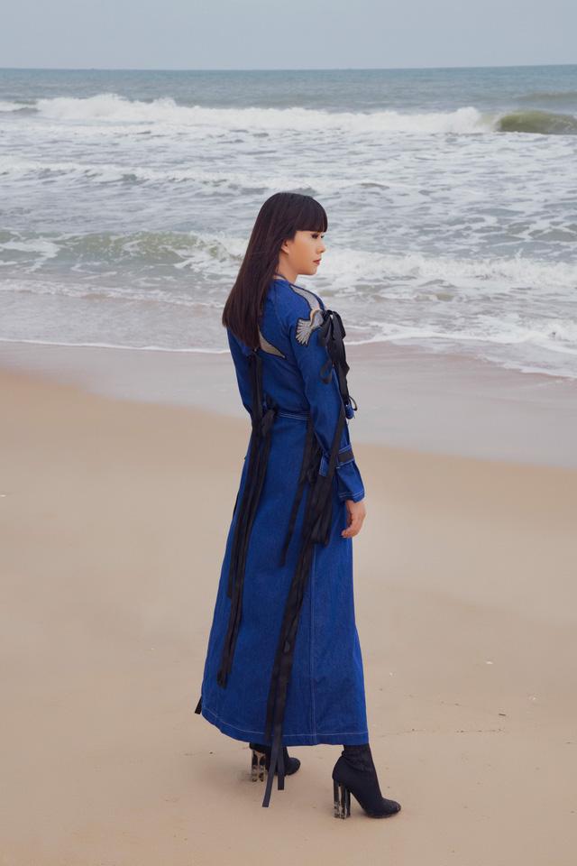 """Hoa hậu Hằng Nguyễn diện đồ """"country rock"""" tự thiết kế dạo biển Quy Nhơn - Ảnh 7."""