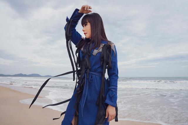 """Hoa hậu Hằng Nguyễn diện đồ """"country rock"""" tự thiết kế dạo biển Quy Nhơn - Ảnh 4."""