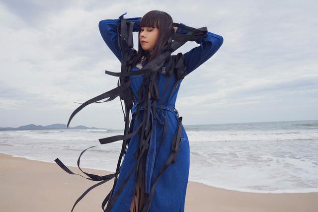 """Hoa hậu Hằng Nguyễn diện đồ """"country rock"""" tự thiết kế dạo biển Quy Nhơn - Ảnh 3."""