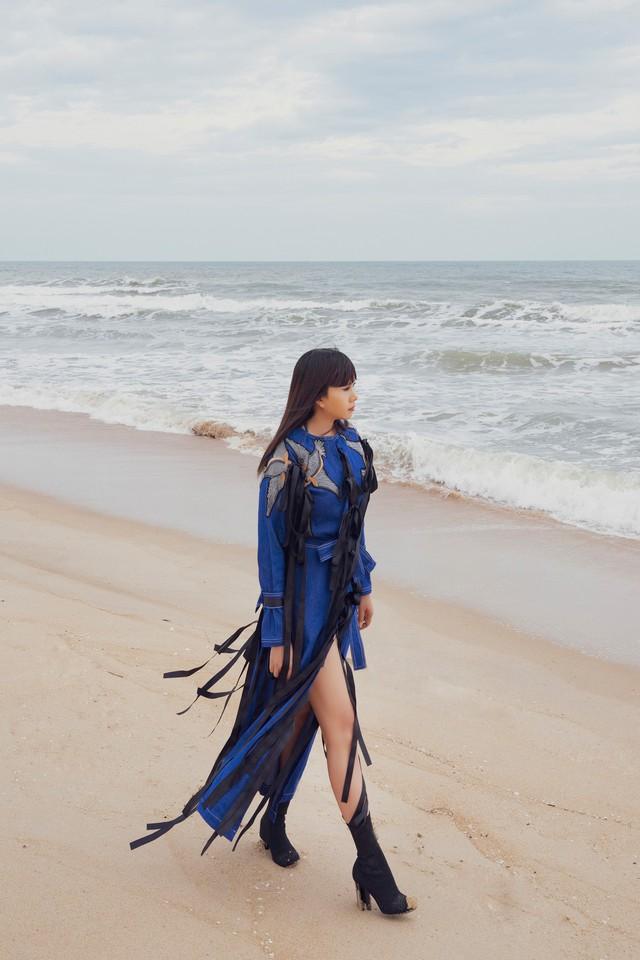 """Hoa hậu Hằng Nguyễn diện đồ """"country rock"""" tự thiết kế dạo biển Quy Nhơn - Ảnh 5."""