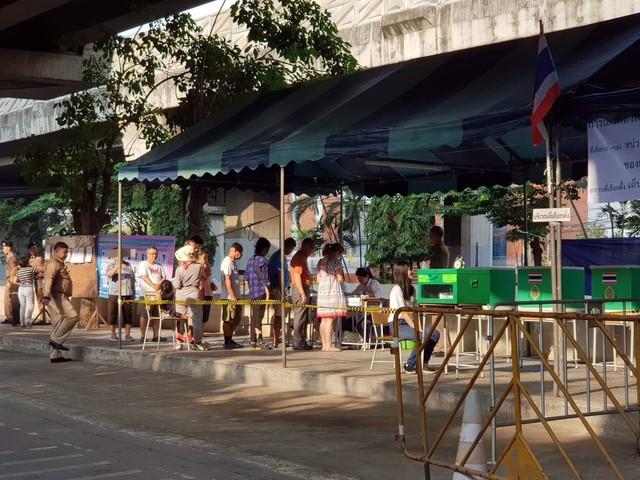 Ảnh: Người dân Thái Lan xếp hàng đi bỏ phiếu bầu Tổng tuyển cử 2019 - Ảnh 8.