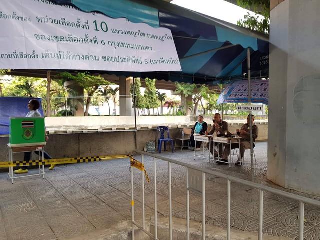 Ảnh: Người dân Thái Lan xếp hàng đi bỏ phiếu bầu Tổng tuyển cử 2019 - Ảnh 3.