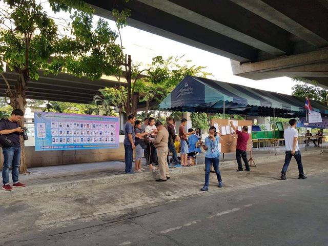 Ảnh: Người dân Thái Lan xếp hàng đi bỏ phiếu bầu Tổng tuyển cử 2019 - Ảnh 4.