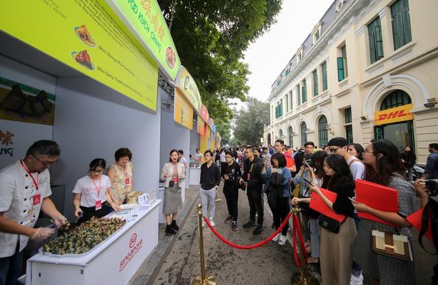 Cơm gà đẳng cấp Michelin gây sốt ở Lễ hội Singapore đầu tiên tại Việt Nam - Ảnh 8.