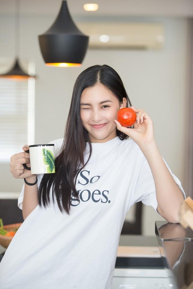 Hoa hậu Tiểu Vy nhắng nhít vào bếp cùng mẹ nhân ngày 8/3 - Ảnh 5.