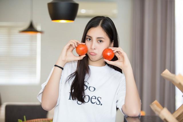 Hoa hậu Tiểu Vy nhắng nhít vào bếp cùng mẹ nhân ngày 8/3 - Ảnh 4.
