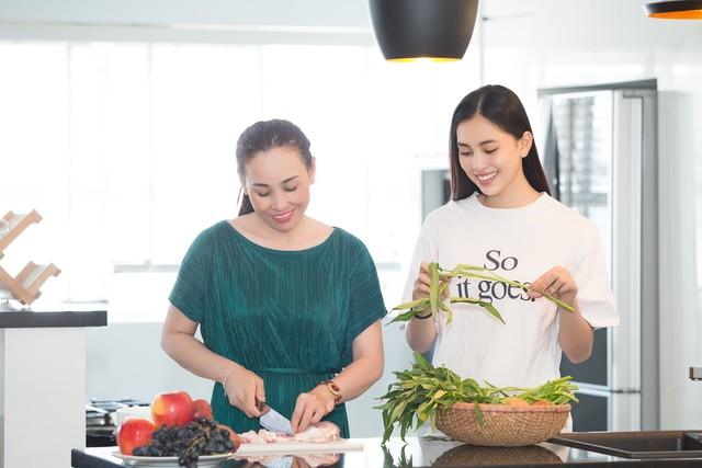 Hoa hậu Tiểu Vy nhắng nhít vào bếp cùng mẹ nhân ngày 8/3 - Ảnh 1.