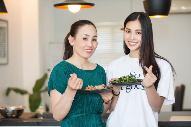 Hoa hậu Tiểu Vy nhắng nhít vào bếp cùng mẹ nhân ngày 8/3 - Ảnh 11.
