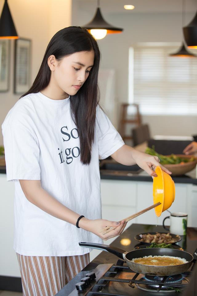 Hoa hậu Tiểu Vy nhắng nhít vào bếp cùng mẹ nhân ngày 8/3 - Ảnh 8.