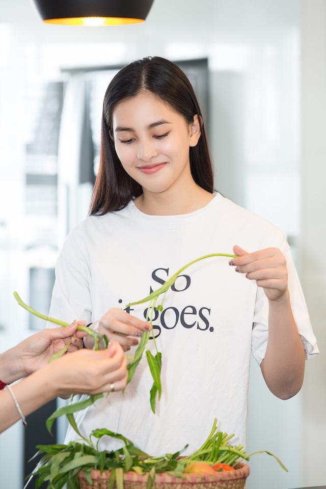 Hoa hậu Tiểu Vy nhắng nhít vào bếp cùng mẹ nhân ngày 8/3 - Ảnh 3.