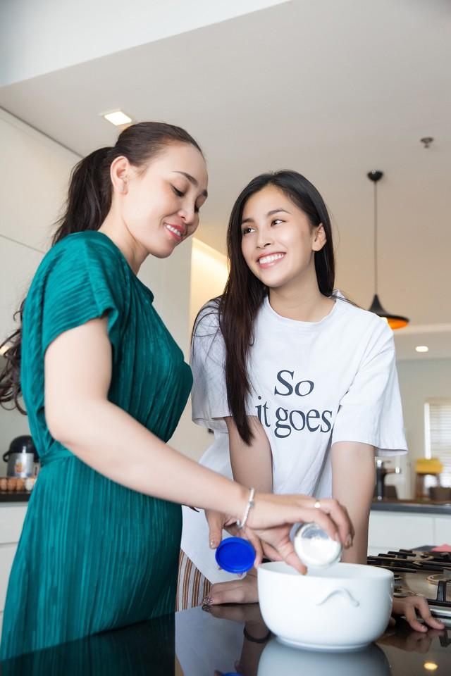 Hoa hậu Tiểu Vy nhắng nhít vào bếp cùng mẹ nhân ngày 8/3 - Ảnh 2.