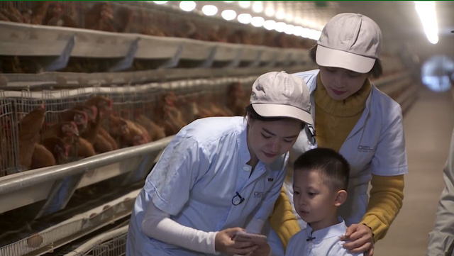Chuyến đi màu xanh 21h30 (1/4): Cùng diễn viên Thuý An khám phá quy trình nuôi gà nghe nhạc đẻ trứng - Ảnh 2.