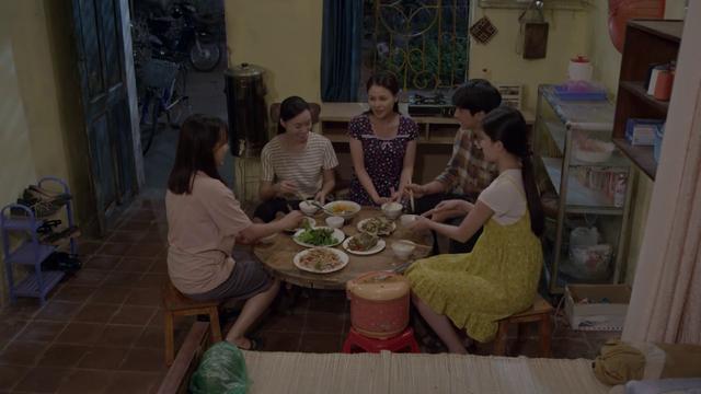 Những cô gái trong thành phố - Tập 31: Tùng bỏ dở bữa cơm với Mai để chạy đến bên chị Xuân đang say - Ảnh 1.