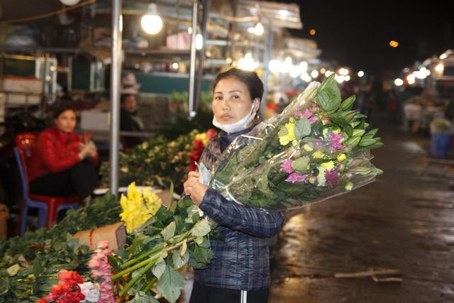 Đêm không ngủ ở chợ hoa nổi tiếng Hà Nội - Ảnh 5.