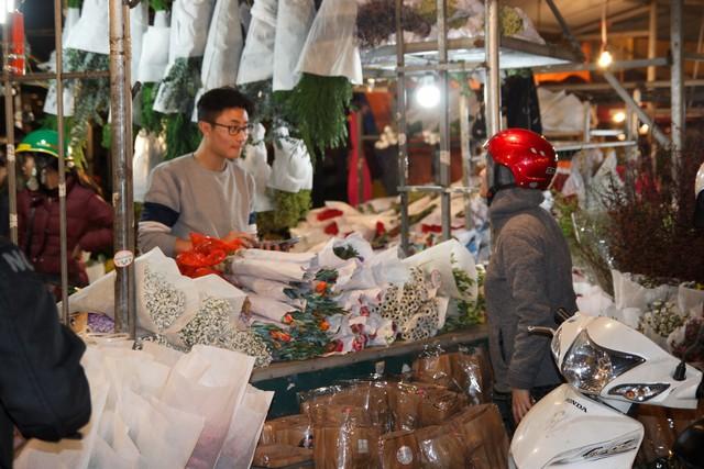 Đêm không ngủ ở chợ hoa nổi tiếng Hà Nội - Ảnh 4.