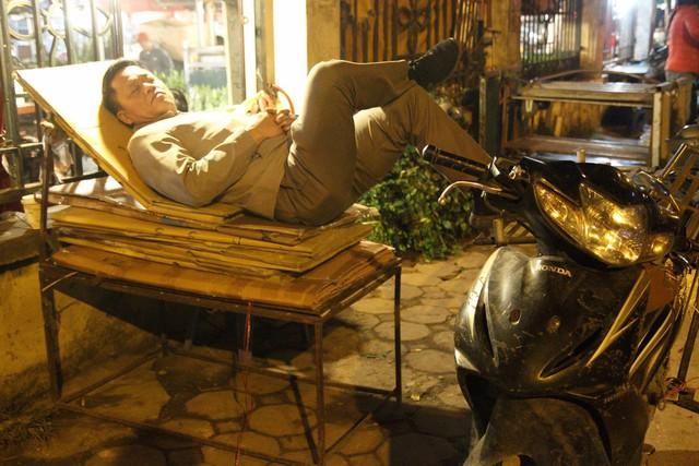 Đêm không ngủ ở chợ hoa nổi tiếng Hà Nội - Ảnh 10.