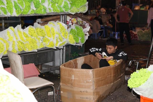 Đêm không ngủ ở chợ hoa nổi tiếng Hà Nội - Ảnh 9.