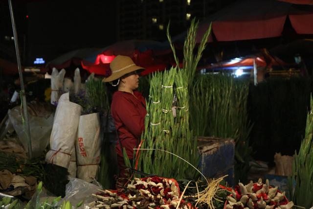 Đêm không ngủ ở chợ hoa nổi tiếng Hà Nội - Ảnh 8.