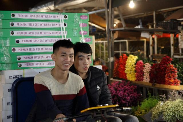 Đêm không ngủ ở chợ hoa nổi tiếng Hà Nội - Ảnh 7.