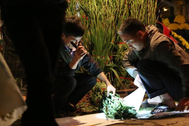 Đêm không ngủ ở chợ hoa nổi tiếng Hà Nội - Ảnh 3.
