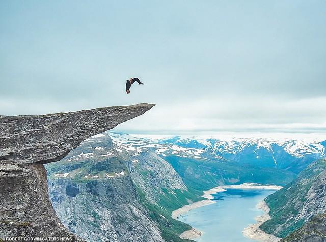 Những bức ảnh mạo hiểm nhất thế giới - Ảnh 1.