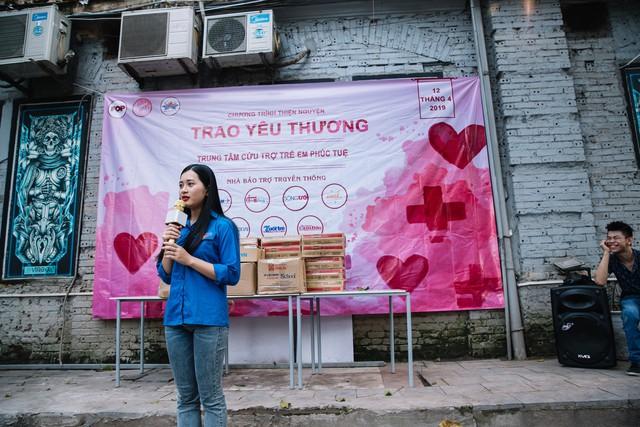 Sinh viên HV Báo chí và Tuyên truyền trao yêu thương đến các em nhỏ tàn tật tại Trung tâm Phúc Tuệ - Ảnh 2.