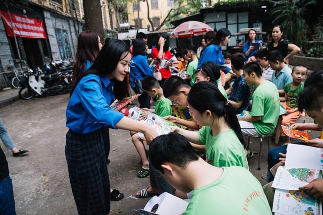 Sinh viên HV Báo chí và Tuyên truyền trao yêu thương đến các em nhỏ tàn tật tại Trung tâm Phúc Tuệ - Ảnh 3.